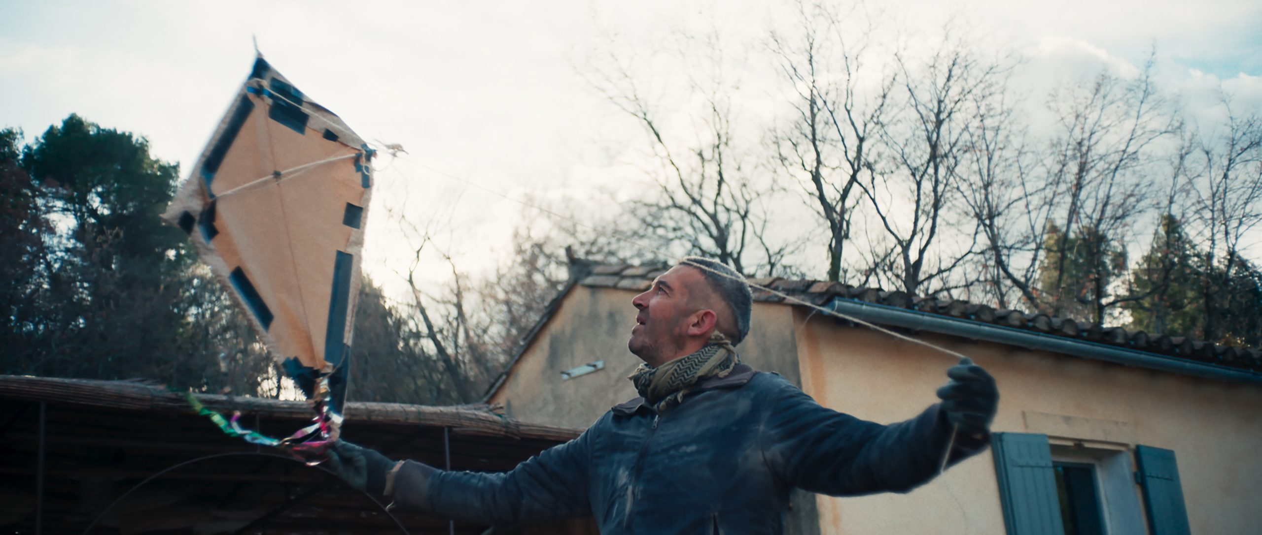 Still from the film Un Chanteur Invisible. Gabriel is flying a kite.