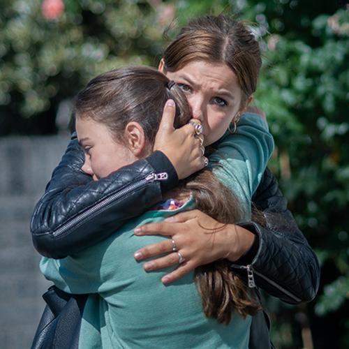 Thumbnail for Buiten is het Feest. A medium shot of Sonne hugging Lotte tightly.